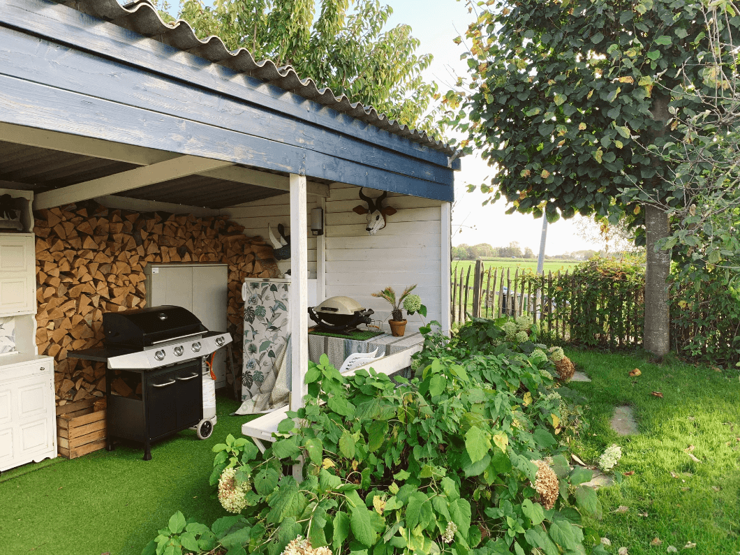 Outdoor space in the garden with fridge and bbq